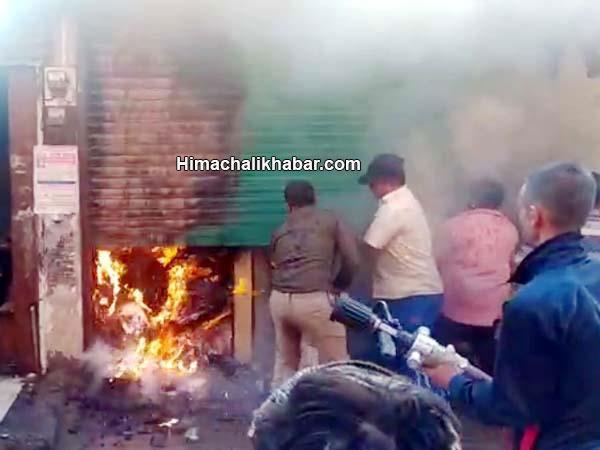 भीषण अग्निकांड : ठियोग के मुख्य बाजार में धू-धू कर जली कपड़े की दुकान