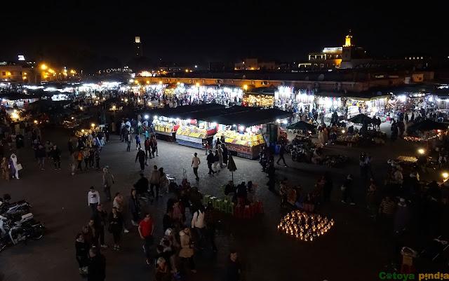 De noche en la Plaza Jemmá el Fna en Marrakech