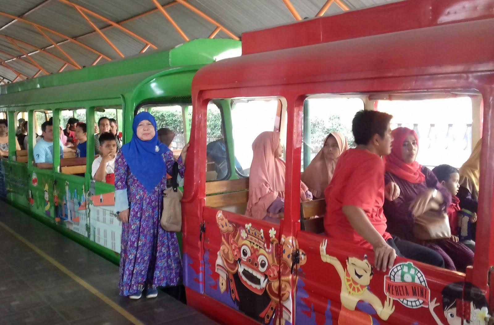 Sumiyati Sapriasih Jalan Jalan Naik Kereta Api Mini