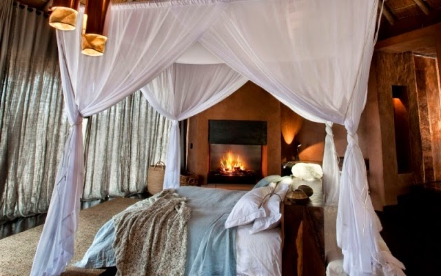 dormitorio con chimenea