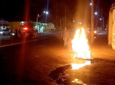 PM revida rojão disparado por manifestantes com gás lacrimogêneo em Olímpia