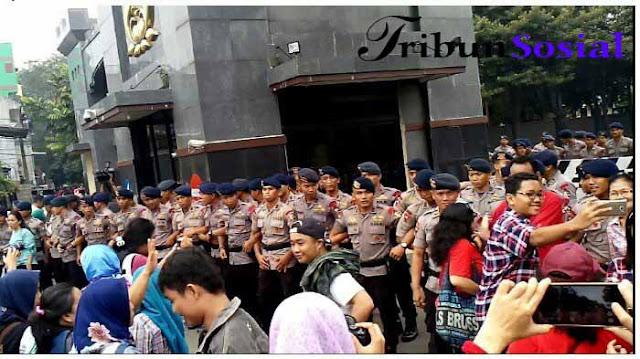 Ratusan Polisi Halau Massa Pendukung Ahok di Mako Brimob