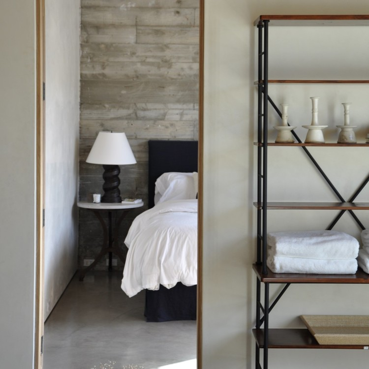 Bedroom interior of Cliff House by Giannetti home