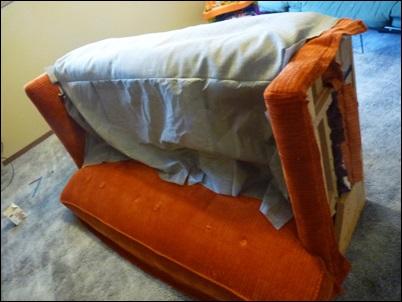 colocando o tecido no sofa