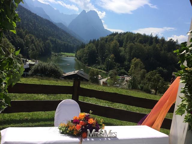 Trauung in den Bergen unter freiem Himmel Herbst-Hochzeit in den Bergen, Lila, Orange, Riessersee Hotel Garmisch-Partenkirchen, Bayern, Autumn wedding in Bavaria, Lilac and Orange