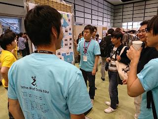 Python Boot Camp Tシャツを着てポスターセッション中