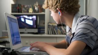 """Software lançado na França promete """"descobrir se seu filho é gay"""""""