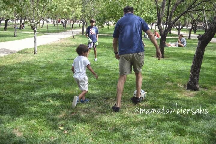 Padre y niños jugando al fútbol