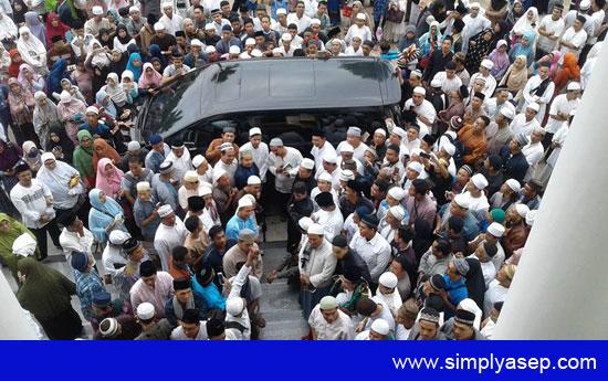 JEMPUT : Begitu selesai memberikan Kuliah Subuh Akbar di Masjid Raya Mujahidin Pontianak, Ustad Abdul Somad Lc Ma langsung dijemout keluar diiringi ribuan jamaah. Foto Asep Haryono