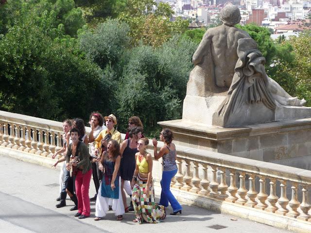 В Барселоне американские музыканты поют антивоенную песню