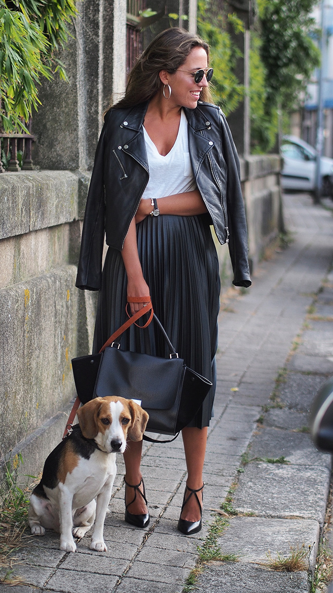 Streetstyle - fashion blogger wearing pleated zara green skirt, zara bomber, zara heels, céline trapeze bag, rayban sunglasses
