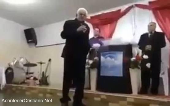 Pastor muere predicando en iglesia