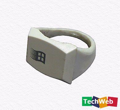 anillo hecho con tecla de computadora
