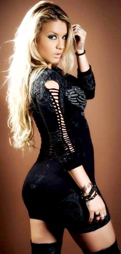 Foto de la espectacular Leslie Shaw con traje negro