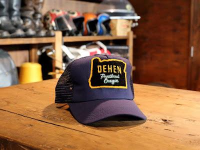 """アメリカ製のボディにオレゴン州を象ったシニールワッペンをデコレーションしたメッシュキャップです。このワッペンはポートランドの隣町ビーバートンにある、Dehenの子会社""""Letters'N Logos""""で作られており、文字通りMade In USAのメッシュキャップです。"""