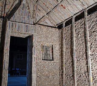 rumah yang terbuat dari tumpukan kertas koran bekas