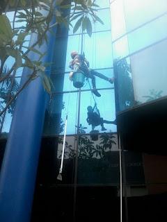 Progres Pembersihan Kaca kaca luar Gedung