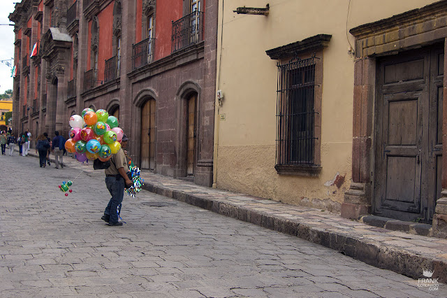 Globero en calle de San Miguel de Allende Guanajuato