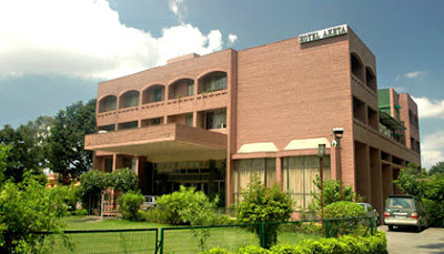 Hotel Aketa is Located on the main Mussoorie highway