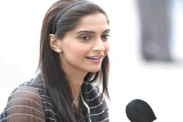 sonam-kapoor-dont-have-knowledge-of-national-anthem-of-india