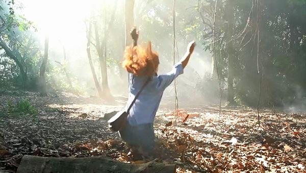 Luz (Marina Ruy Barbosa) cai em buraco que leva até a fonte, em 'O Sétimo Guardião' — Foto: TV Globo