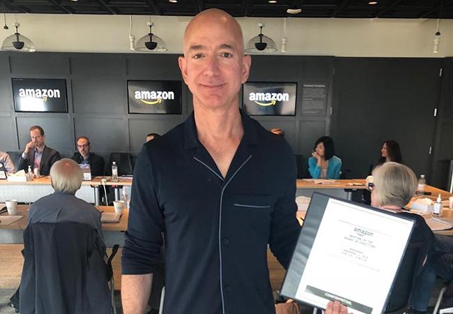 Tinuku Amazon chief Jeff Bezos in pyjamas to a board meeting