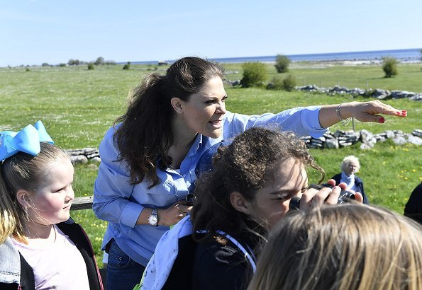 Princess Victoria's hiking in Öland began in Seby and continued with Gräsgårds and then Eketorp's ancient castle in Alvar. Blue shirt, denim pants