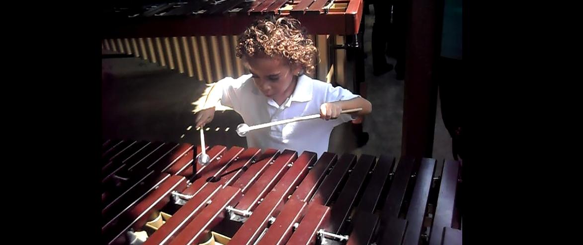 desde los tres años recibe educación musical en El Sistema