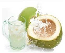 Menghilangkan bakteri di mulut dengan air kelapa