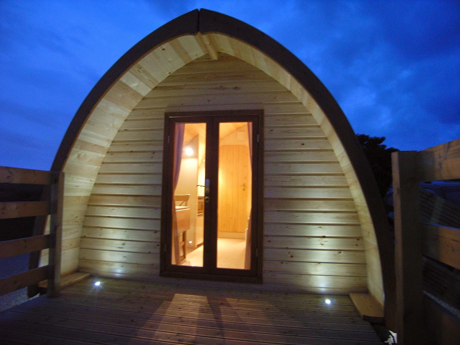 Case prefabbricate in legno Megapod di notte