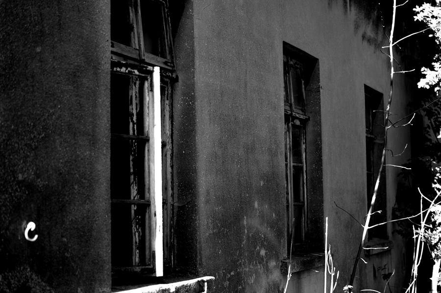 Blog + Fotografie by it's me! | fim.works | SchwarzWeissBlick No 15 | verlassenes Gehöft | Lost Place | Fensterreihe