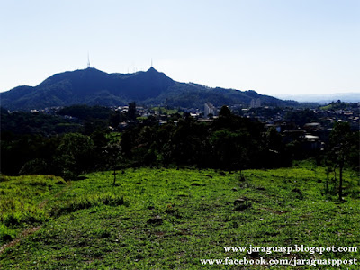 Vista do Pico do Jaraguá e do Pico do Papagaio a partir do elevado do Jardim Bandeirantes