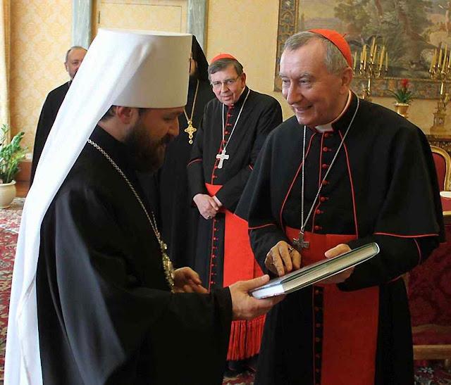 Cardeal Parolin com bispo cismático Hilarion em Moscou. Presentes e sorrisos para uma peça-chave da farisaica perseguição.
