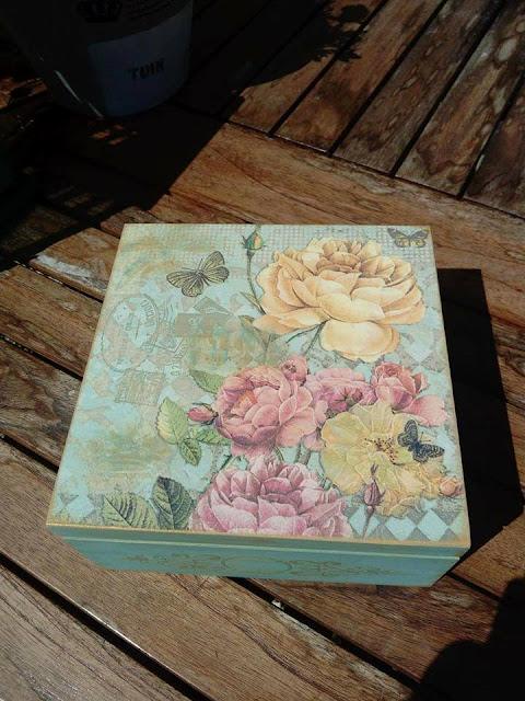 Inspiracje ze świata przyrody – nostalgiczna szkatułka z różą i motylem ;)