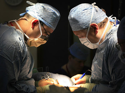 Specialists perform first US organ transplants from HIV-positive donor