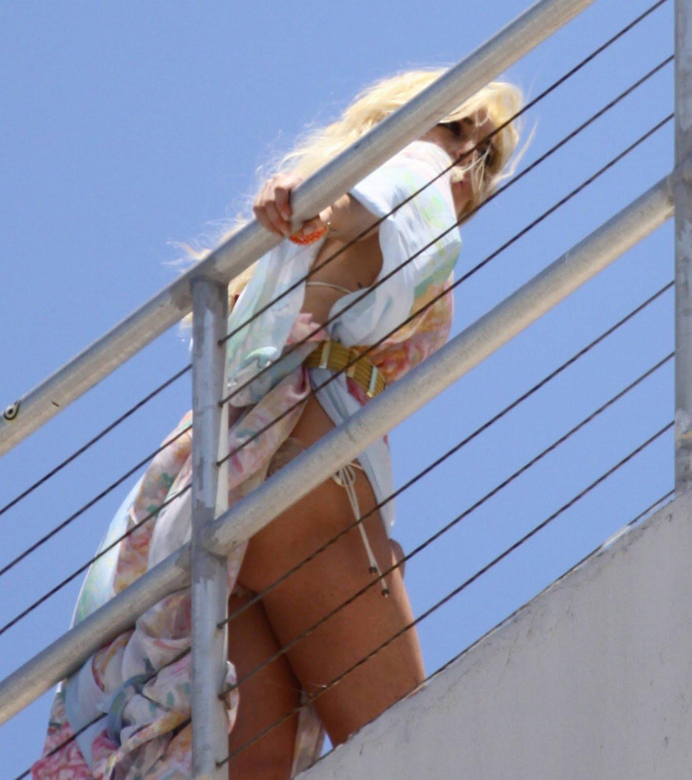 подглядывание за девками на лестнице фото лишь одна