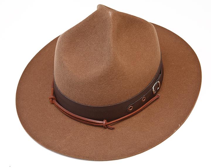 Um dos chapéus mais tradicionais usados pelos Escuteiros é vulgarmente  conhecido como modelo BP 4c1d4b61ff3