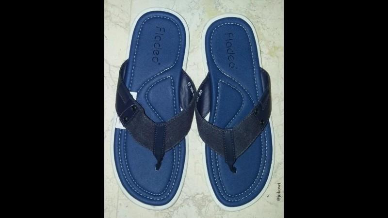 Sandal biru yang dibeli Jokowi di Balikpapan