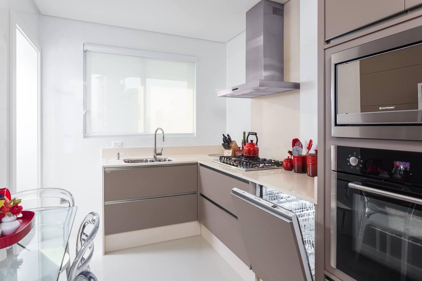 Eletrodomésticos: geladeira e lava louças embutidas no armário  #634440 1368 912