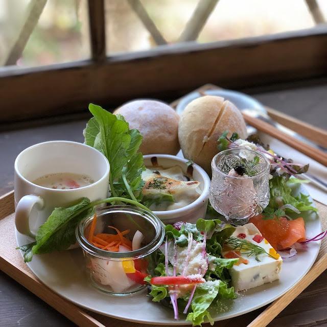 Swan鵝牌極致鵝絨日式刨冰 鵝絨雪花冰  雪松林裡的療癒咖啡館|如花瓣朝露般的鵝絨冰 吹上の森 吹上の森蔬食沙拉,採用當地產新鮮蔬果-swan-kakigori-fukiagenomori-cafe-historical-wooden-house-fresh-vegetable-plate