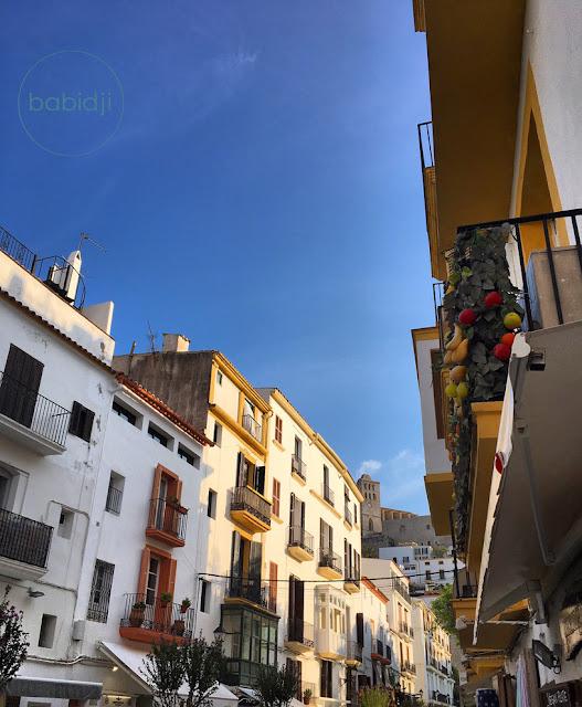place de la ville d'Ibiza aux maisons colorés avec la tour du château en arrière plan