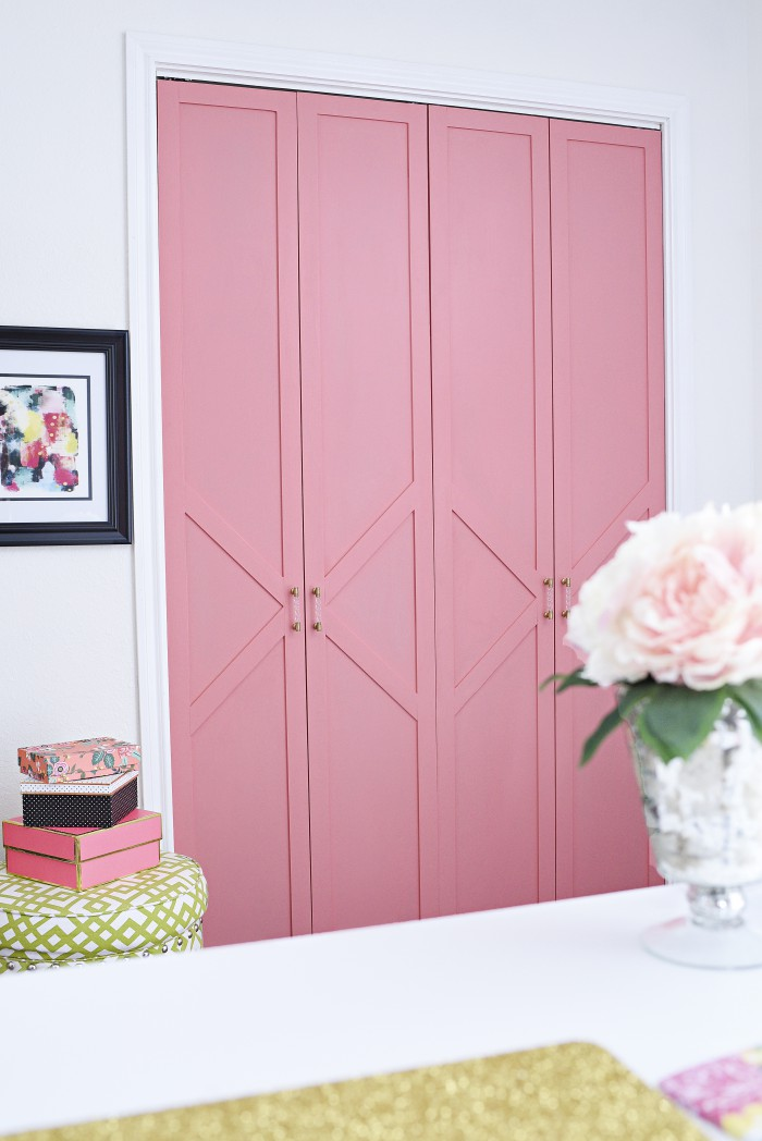 A summer home tour filled with florals, bright colors and touches of gold all over.   via monicawantsit.com