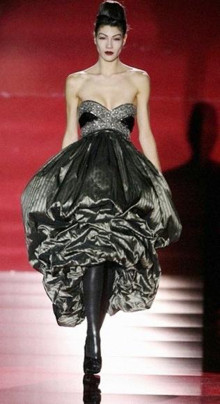 Foto de mujer con vestido negro en desfile de moda