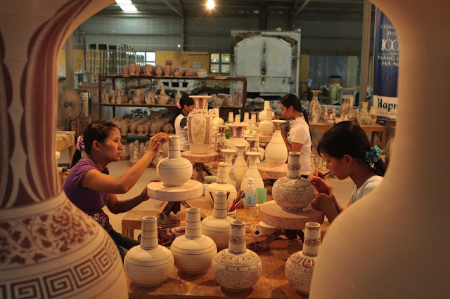 Thanh Ha village busy by making Kitchen God figurine for Lunar New Year 1