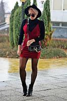 http://www.karyn.pl/2016/12/bordowa-sukienka-i-czarny-golf.html