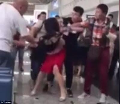 Sân bay quốc tế Trung Quốc náo loạn: Vợ đánh bồ nhí tơi tả