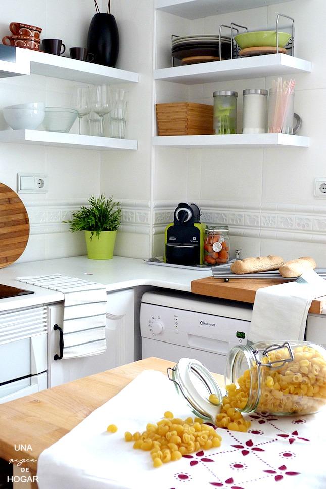 cocina blanca con baldas a la vista