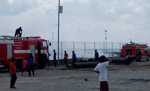 Pinggir Pantai, Pelabuhan Benteng, Selayar Terbakar