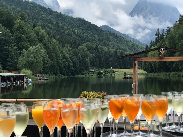 Hochzeitsempfang auf der Seeterrasse, Regenhochzeit im Sommer am Riessersee Hotel Garmisch-Partenkirchen, Bayern