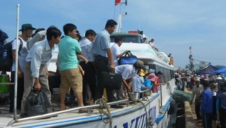 Hành khách lên tàu rời Lý Sơn